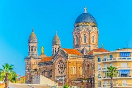 在圣拉斐尔法郎的胜利圣母教堂