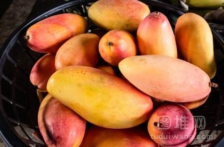 传统市场一篮子芒果
