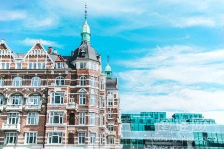 丹麦的哥本哈根和多云的天空美丽的建筑城市
