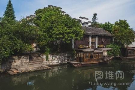 中国南山老城的中国房屋和船只