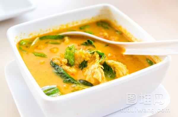 泰国黄咖喱汤在桌上