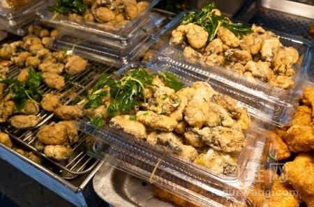 街上的盘子里的台湾炸鸡
