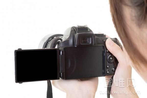 亚洲女人使用照相机拍摄一张照片