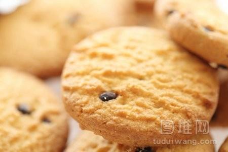 孤立在白色背景下的巧克力曲奇饼干