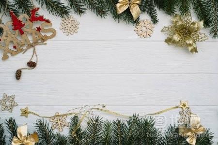 圣诞冷杉树装饰和闪闪发光的木背景白色木桌