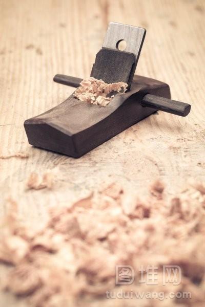 小的木刨刀和刨花特写
