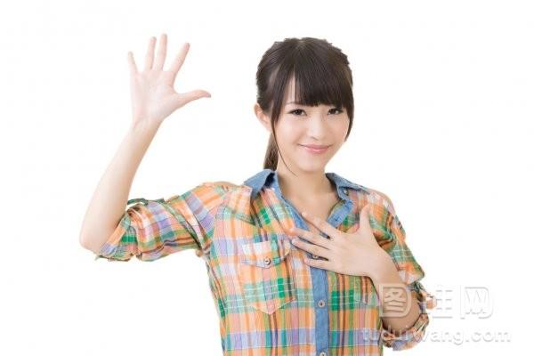 亚洲年轻女人给你起誓的姿态