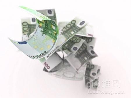 在白色背景下飞行欧元钞票