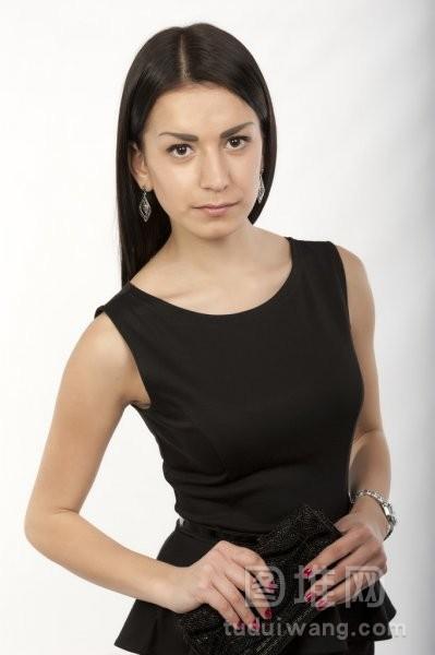 穿着黑色服的年轻美丽黑发