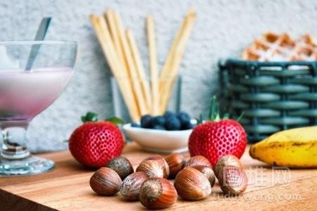 带酸奶草莓榛子和的夏日大餐