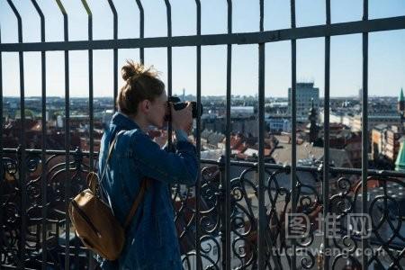 丹麦哥本哈根拍摄的年轻女性选择焦点