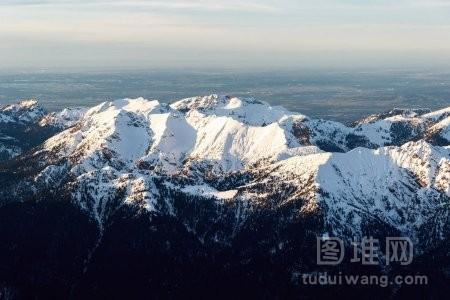日落时的雪山山