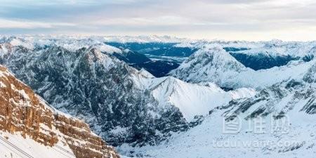 冰雪覆盖的落基山空中全景