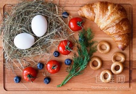 早上吃鸡蛋羊角面包和西红柿