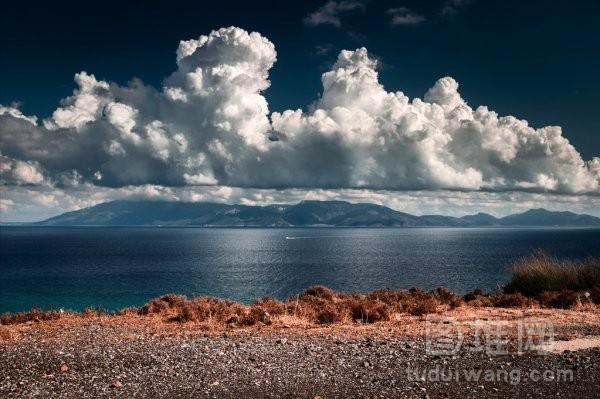 巨大的白色云的形成与海景