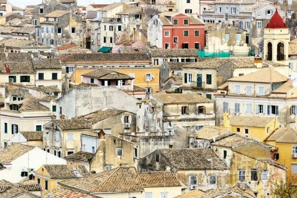 拥挤的颜色在科孚岛旧城建筑