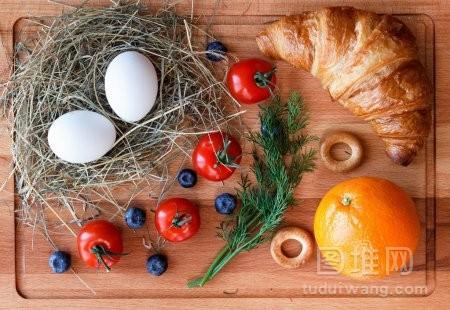 早上吃桔子鸡蛋和羊角面包