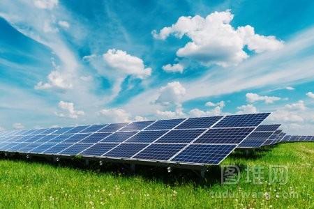 蓝天背景下的太阳能电池板