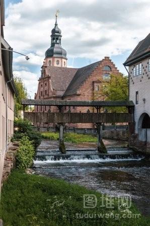 小河与堤和一个大教会在埃特林根德国