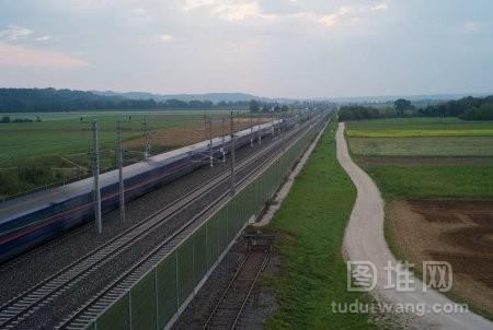 在第一天清晨奥地利乡村的旅客列车被模糊移