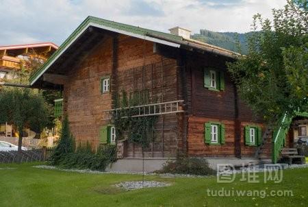 位于奥地利萨尔茨堡的传统木屋带绿色窗户