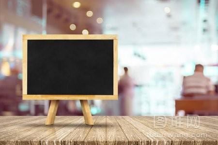 画架上的木桌上黑板菜单模糊的餐厅