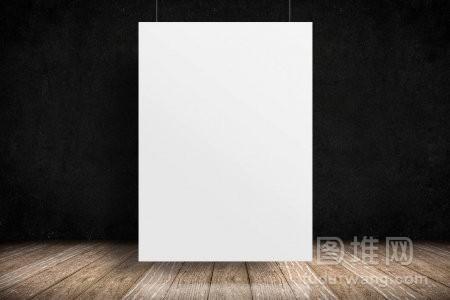 白纸海报挂在木地板和粗糙的黑板