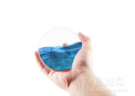 手持波水地球仪在白色背景下节约用水