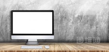 台式电脑键盘鼠标在木板桌上灰