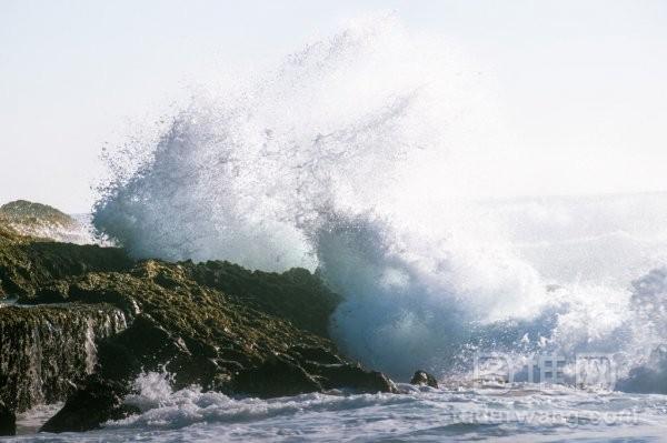 大海浪岩石粉碎