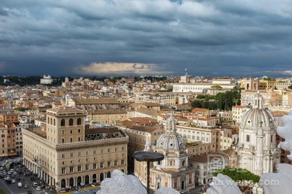 暴风雨前的乌云的罗马城市风光