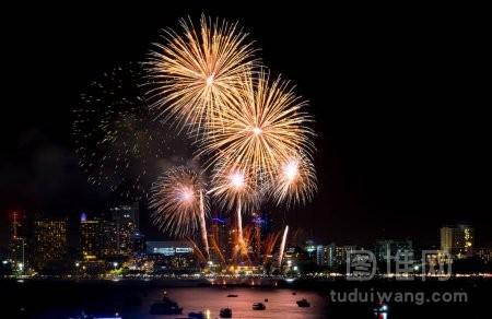 如新年快乐烟火点缀城市风光